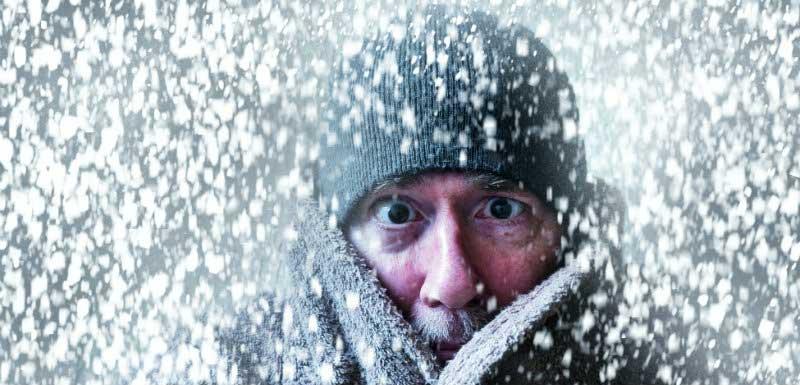 homme souffrant du froid sous la neige