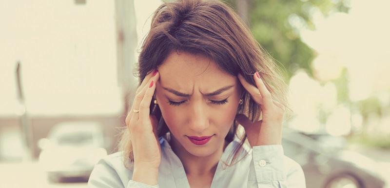 Une femme souffrant de migraines