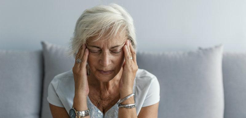 Une personne ayant la migraine